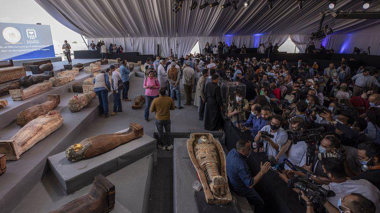 1610835811664FOTO DE ARCHIVO periodistas se agolpan para informar el sábado 14 de noviembre de 2020 sobre al menos 100 sarcófagos antiguos descubiertos en Saqqara, Giza, Egiptto
